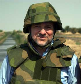 Utenriksminister Jan Petersen besøkte Irak i mars i år. Den norske stabiliseringsstyrken ble trukket ut tre måneder senere. (Foto: Forsvaret)