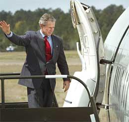 Bush tilbringer påsken i Crawford i Texas. Her er han på vei inn i flyet Air Force One (Foto: Pablo Martinez Monsivais/AP/Scanpix)