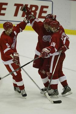 Jubel for Nicklas Lidström (5), Robert Lang (20) og Steve Yzerman (19) på Detroit Red Wings. (Tom Pidgeon/Getty Images/AFP)