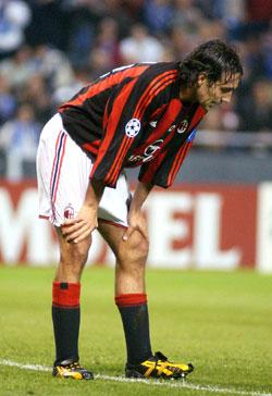 Alessandro Nesta på Milan må innse at Mesterliga-eventyret er over. (AP Photo/EFE, Salvador Sas)