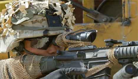 Amerikansk snikskytter på vakt ved Falluja 10. april. (Foto: Scanpix / AFP / Cris Bouroncle)