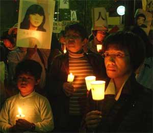 Japanere i Tokyo oppfordrer japanske myndigheter til å trekke ut styrkene i Irak. Slik håper de å redde landsmennene som er gisler i Irak. (Foto: Scanpix / AP / Koji Sasahara)