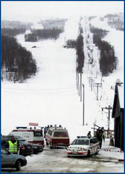 Jenta omkom momentant i ulykken, mens mannen er sendt i luftambulanse til sykehuset i Ålesund. Foto: Andreas Brekken/Scanpix