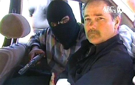 FANGET: Amerikaneren Thomas Hamill ble intervjuet av et TV-team like etter at han ble tatt som gissel i Irak. (Foto: AP/Scanpix)