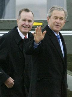 Far og sønn Bush har drøftet Irak-krigen. George Bush spurte om presidenten hadde noen strategi for å komme seg ut av landet. (Foto: Reuters/Scanpix)