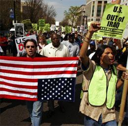 Demonstrantene er foreløpig få, her fra en demonstrasjon i Washington 10. april. (Foto: AP/Scanpix)
