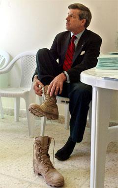 Paul Bremer kan snart ta av feltstøvlene og vendte tilbake til USA. Men freden i Irak lar vente på seg. (Foto: AFP/Scanpix)