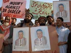 Khan er en folkehelt i Pakistan. Her fra en demonstrasjon i Multan i februar i år til støtte for den pakistanske vitenskapsmannen. Foto: Khalid Tanveer, AP