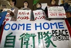 Japanske krigsmotstandere ber Japan trekke tilbake sine styrker i Irak. Foto: TOSHIFUMI KITAMURA , AFP