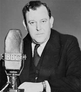 Utenriksminister Trygve Lie taler til det norske folk fra BBCs studio  i London, 1943.
