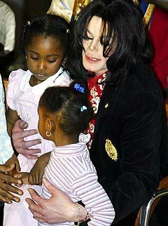 Overgrepsanklagede Michael Jackson sammen med barn på den etiopiske ambasaden der han fikk en pris for humanitært arbeid. Foto: AFP Photo / Paul J. RICHARDS.