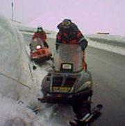 Snøscootere og hunder har delteke i leitinga etter 34-åringen. I dag vart det og brukt helikopter i søket.