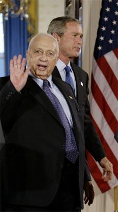 Ariel Sharon hilser på pressefolkene på vei til pressekonferansen med George W. Bush i kveld. (Foto: AFP/Scanpix)
