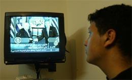 En palestinsk ungdom ser den TV-overførte pressekonferansen i kveld. (Foto: Reuters/Scanpix)