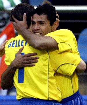 Målscorer Sonny Anderson blir omfavnet av lagkamerat Juliao Belletti (Foto: Reuters)