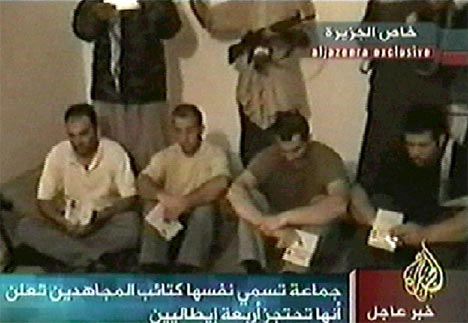 De fire italienske gislene vist frem på Al Jazeera. Det er uklart hvem som eventuelt er drept. (Foto: AFP/Scanpix)
