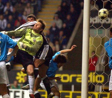 Newcastles Gary Speed kommer høyerere enn PSV Eindhovens keeper Ronald Waterreus og setter inn vinnermålet (Foto: AFP)