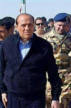Berlusconi på besøk hos italienske soldater i Irak 10. april. (Foto: Scanpix / AFP)