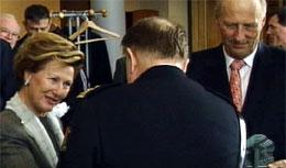 Dronningen takker politimester Sønderland for gaven de fikk på Hovedredningssentralen (Foto: Odd Rune Kyllingstad)