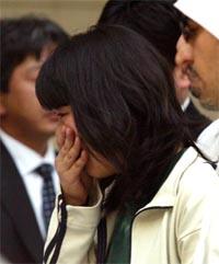 Naoko Takato, en av de japanske gislene som er satt fri, brast i gråt da hun kom til Dubai i dag. (Foto: Reuters/Scanpix)