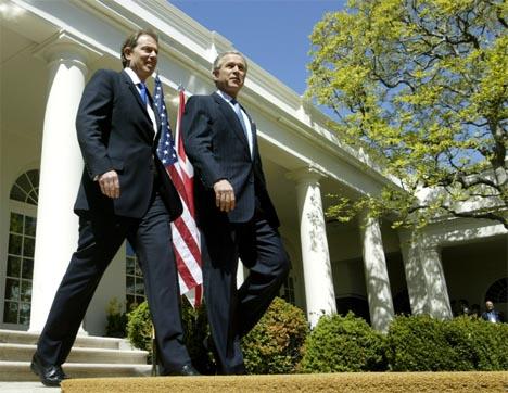Tony Blair og George W. Bush gikk ut til pressen utenfor Det hvite hus etter møtet i dag. Begge lovet å fullføre sitt oppdrag i Irak og nektet å bøye av for terrorister. (Foto: Reuters/Scanpix)