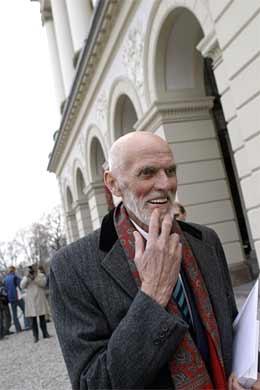 Kronprinsesse Mette-Marits far, Sven O. Høiby, forlater Slottet lørdag etter lunsjen som ble holdt etter dåpen (foto: Heiko Junge/Scanpix)