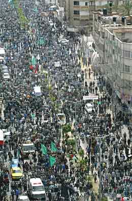 Palestinere marsjerte i gatene i Gaza i forbindelse med begravelsen av Hamas-lederen (foto: AP/Scanpix)