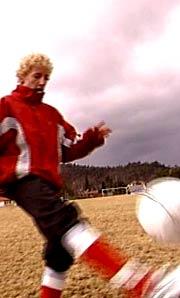 For Frode Tellefsen er tidlig vår og dårlig vær best. Da kan han spille fotball uten rennende nese. Foto: Odd Rømteland