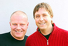 Erik Forfod (t.v.) og Tore Strømøy var programledere for Årets Dansebandmelodi. Foto: NRK.