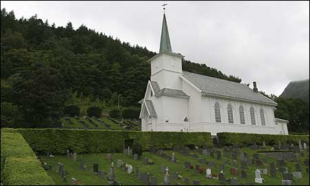Sør-Vågsøy kirke i og kyrkjegard i Måløy. (Foto: Arild Nybø, NRK)