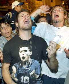 Supportere samlet seg utenfor sykehuset i Buenos Aires der Maradona kjemper for sitt liv. (Foto: Reuters/Scanpix)