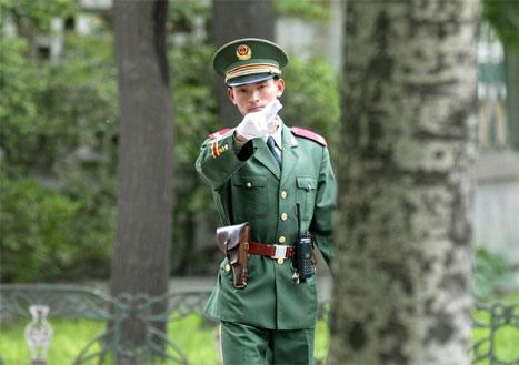 - Ikkje lov å fotografere her, seier vaktmannen utanfor den nordkoreanske ambassaden i Beijing. Besøket til Kim jong Il er omgitt av stort hemmeleghald. (Foto: AP/Scanpix)
