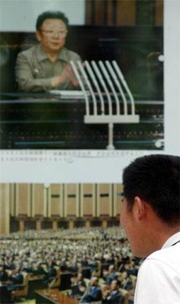 Dette store biletet av Kim jong Il heng utanfor den nordkoreanske ambassaden i Beijing. (Foto: AP/Scanpix)