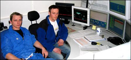 Lars Arne Raanes og Vebjørn Lyngstad har begge lærlingeerfaring fra Hustadmarmor. Her fra driftssentralen. Foto: Gunnar Sandvik