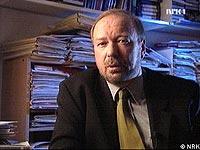 """Alf R. Jacobsen, programskaper og forfatter av boken """"Banesår. Tirpitz og jakten på X 5"""". Foto: NRK."""