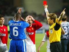 Ikke bare brukte Desailly albuen, han klappet også usportslig da Andreas Zikos ble utvist. (Foto: AP/Scanpix)