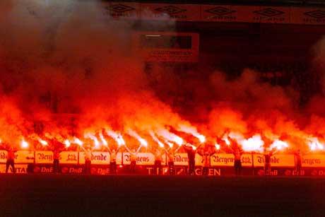 Brann-supporterne feiret med bengalske lys etter å ha sikret seg ny eliteseriekontrakt i 2002. (Foto: Bjørn Erik Larsen / SCANPIX)