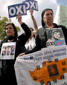 Slektninger av folk som har vært savnet siden den tyrkiske invasjonen i 1974, demonstrerer mot FN-planen. Foto: Philip MARK