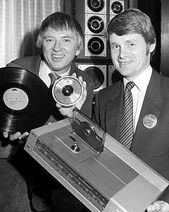 "1983: Til høyre Svein Hilmarsen i Philips med den nye compact disc-spilleren, og Mikkel Aas fra Polygram med ny og ""gammel"" plate. Foto: NTB-arkiv/SCANPIX"