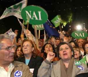 Gresk-kypriotiske tilhengere av gjenforening demonstrerer. Foto: Nicholas Kamm, Afp