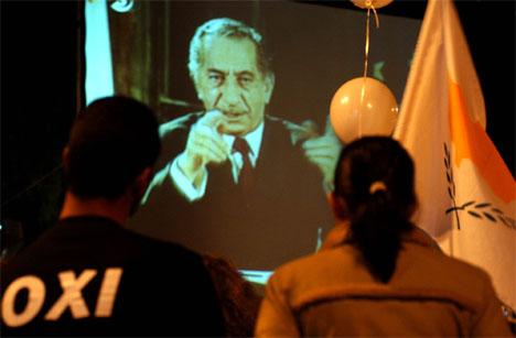Gresk-kypriotenes president Thassos Papadoupoulos ber velgerne stemme nei i folkeavstemningen om fredsplanen. (Foto: AP/Scanpix)