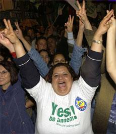 Tyrkisk-kypriotene vil trolig støtte fredsplanen med et klart flertall. (Foto: AP/Scanpix)