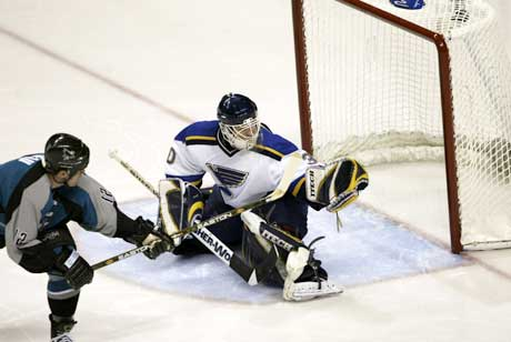 San Jose Sharks Patrick Marleau setter inn sitt tredje mål. (Foto: AFP/Scanpix)