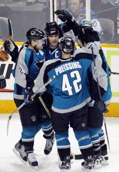 San Jose Sharks Patrick Marleau (med C på trøya) gratulereres av lagkamerater etter en av scoringene. (Foto: Reuters/Scanpix)