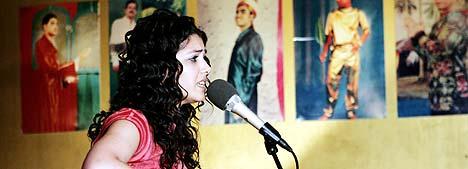19 år gamle Katie Melua har bergtatt britene med sin varme stemme og sin behagelige musikk. Onsdag kveld spilte hun alene med kassegitaren i Oslo. Foto: Cornelius Poppe / SCANPIX.