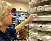 Apoteker Merete Klausen har opplevd at pasienter ikke klarer å betale for medisinene de trenger.