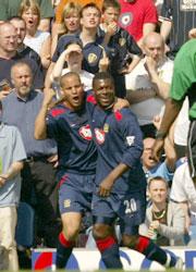 Portsmouths Yakubu jubler etter sitt mål i Leeds. (Foto: AP Photo/Jon Super)