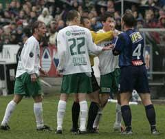 Ampert på Briskeby mellom Petter Vaagan Moen og Mike Kjølø, Stabæk, (th). Dommer Per Ivar Staberg forsøker å roe gemyttene. (Foto: Cornelius Poppe / Scanpix)