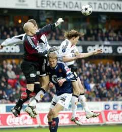 Frode Olsen bokser ut ballen foran Brede Hangeland og Frode Johnsen. (Foto: Gorm Kallestad / SCANPIX)
