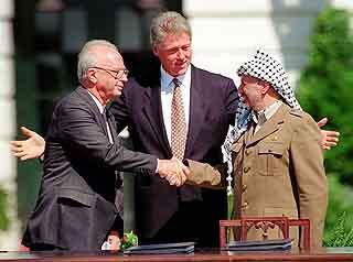 President Clinton, statsminister Yitzhak Rabin og president Yasir Arafat foran Det hvite hus 13.september 1993. Foto: Ron Edmonds, Ap